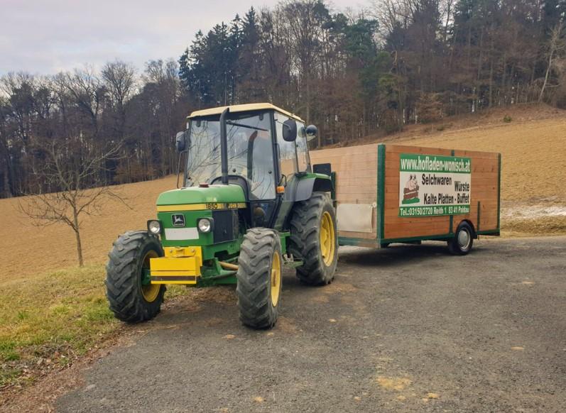 Transportiert wird dein Ferkel mit dem selbst gebauten, zugelassenen Traktoranhänger der Familie Wonsich, der von Wolfgang gelenkt wird.